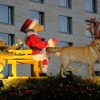 Als es langsam zu dunkeln beginnt, kommt der (Teddy-)Weihnachtsmann mit seinem Schlitten gefahren...