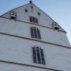 ...Als der Burgdirektor eines Morgens über die Elbbrücke mit Blick auf die Burg zu fuhr, blieb ihm die Spucke weg. Entlang der Außenwand zogen sich senkrecht dunkle Spuren hinab...